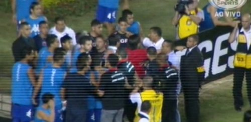 Confusão do intervalo da final da Copa Sul Americana, que só veio a piorar e causar o termino da partida ainda no intervalo (Foto: Reprodução/Fox Sports