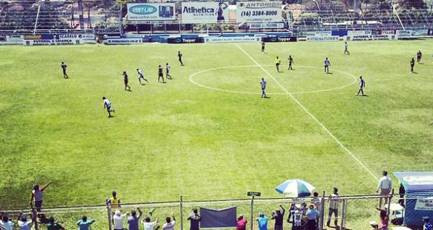 A partida entre Matonense x Água Santa foi disputada até o último minuto (Foto: Gustavo Tomazeli)